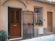 Hübsche Eingangstür mit zusätzlichem Gittertor