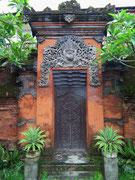 Eine typische Türe mit religiösen Motiven verziert und den beidseitigen Opferschalen