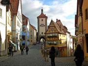 Im Hintergrund das Kobolzeller-Tor an der Ostseite der Stadtmauer