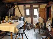 Kleine «Einzimmerwohnung» mit Schrankbett am rechten Bildrand