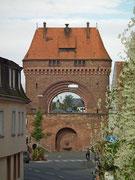 Das Stadttor ist zugleich Brückentor über den Main