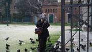 Etwas abseits der Piazza San Marco ist das Füttern der Tauben noch erlaubt