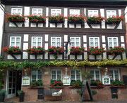Schöne Symmetrie und Blumenpracht an diesem Gasthaus
