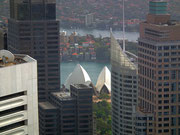 Schöner Blick zwischen den Hochhäusern auf das Dach des «Opera House»