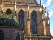 . . . im gotischen Baustil. Die Türmchen wirken aber etwas verspielt