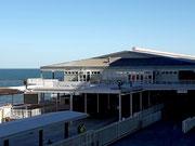 Wir fahren durch das Zollgebäude des «Cruise Terminal» . . .