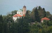 Idyllisch gelegene Kirche mitten in schönem Baumbestand