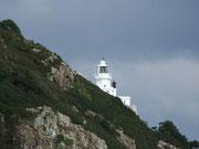 Von weitem ist der weisse Leuchturm auf der Insel Sark zu sehen