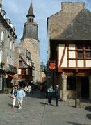 Auf alten Steintreppen «erklimmen» wir den Glockenturm von Dinan.