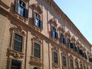 . . . mit schönen Portalen und Fassaden . . .