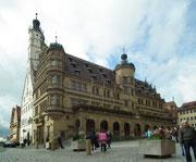 Der 60 m hohe Glockenturm (links) bietet eine fantastische Sicht auf die Stadt und ins Taubertal