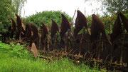 Mit diesen Pflugscharen ist eine Seite des Parks eingezäunt