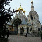 Etwas über der Stadt thront diese kleine russische Kirche