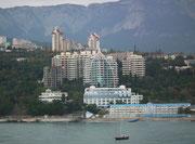 Einfahrt in Jalta und schöner Blick auf die teilweise schon modern wirkende Stadt