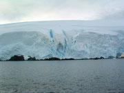 Riesige Eiswände färben sich . . .
