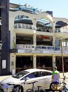 Modern gestaltetes Gebäude mit Bar und Grill-Restaurant