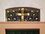 Das Kreuz des Stadtwappens über einer Eingangstüre