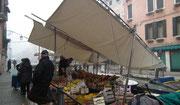 . . . und wird zum fahrenden Händler der verschiedene Kanäle befährt