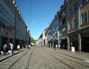 Die «Einkaufsmeile» mit den «berühmten» Bächle links und rechts