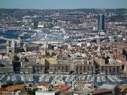 Im Vordergrund der alte Hafen von Marseille mit dem Regierungsviertel am Ufer