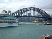 Dies ein Blick auf den Hafen, bzw. die Hafen-Brücke (Harbour Bridge)