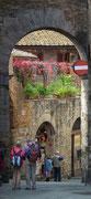 Blumen bringen Farbe in die alten Mauern . . .