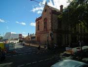 Wieder aus dem rötlichen Stein erbautes Gebäude (vielleicht ehemals eine Kirche)