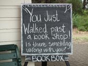 «Du bist gerade an einem Buchladen vorbei gegangen ! Stimmt etwas nicht mit Dir ?»