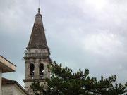 mit dem venezianischen Glockenturm