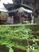 Auch dieser Hauseingang in Form eines Tempels mit den entsprechenden Skulpturen