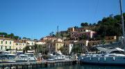 . . . und verlassen den Hafen von Porto Azzurro