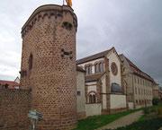 Das Kirchen-ähnliche Gebaäude ist die Synagoge von Obernai