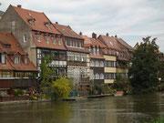 Der Spazier- und Radweg führt weiter der Regnitz entlang . . .