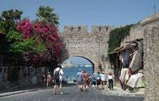 Blick durch das Ausgangstor aus der Stadtmauer zum Hafen