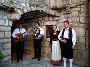 Typische Folkloregruppe haben uns Kultur, Musik und Tanz näher gebracht