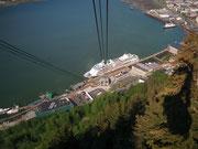 Hier hat man einen schönen Blick auf den Hafen . . .