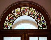 Hübsches Fensterdetail über einer Eingangstüre.