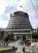 Das Parlamentsgebäude mit dem Sitz des «Prime Minister» das liebevoll «Bienenstock genannt wird
