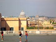 Blick im schönen Morgenlicht auf die Kuppel des Petersdoms