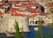 Der berühmte Turm bei der alten Hafeneinfahrt