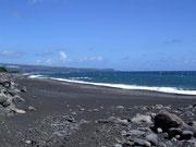 Zum Abschied nochmals die fast menschenleeren Vulkansand-Strände an der Ostküste