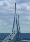 Die architektonisch-imposante Pont de la Normandie bei Le Havre . . .