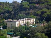 Das Hauptgebäude des Hotels Le Acacie sehen wir bereits . . .