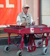 Strassenmusikant mit professionellem «Outfit»