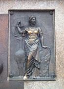 Schöne Bronze-Tafel: Ich nenne sie: «Die Frau mit dem goldenen BH».