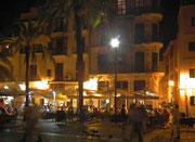 Abends spielt das Leben auf der Strasse und auf den schönen Plätzen