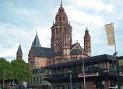 Der Dom St. Martin sieht von weitem etwas fleckig aus. In den rund 1000 Jahren . . .