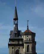 Glockenturm und Kirchturm stehen sich nahe