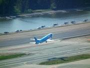 Auch grosse Jets starten und landen. Im Hintergrund Wasserflugzeuge