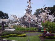 Riesengroße Pferdegespann-Skulptur auf einem großen Strassen-Kreisel